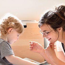 Leggere ad alta voce, raccontando storie e favole ai bambini è fondamentale per la loro crescita. Ecco un'invito da Donna Moderna: non smettete di leggere ad alta voce ai vostri  bimbi!