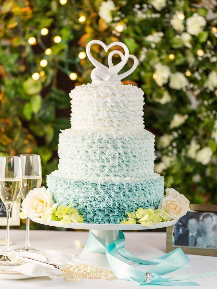 Eine dreistöckige Torte, die etwa 27 cm hoch ist, hübsch mit Fondant verziert…