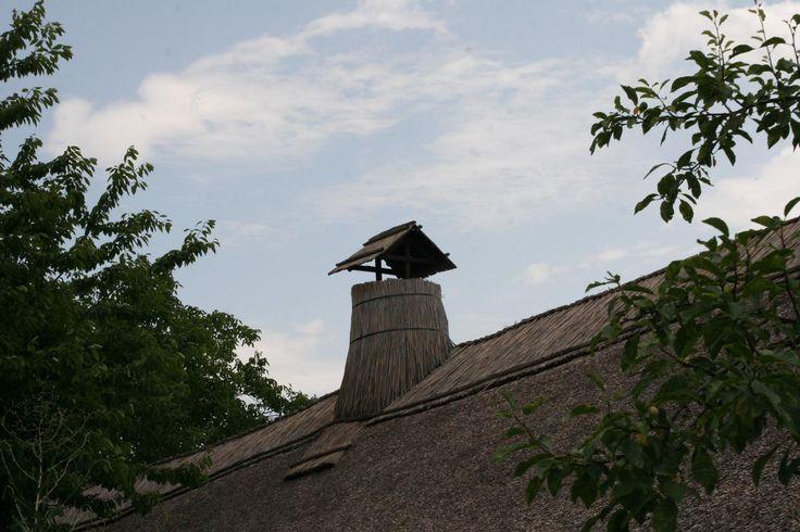 Tényő-náddal borkolt kémény-A Kisalföld népi építészete