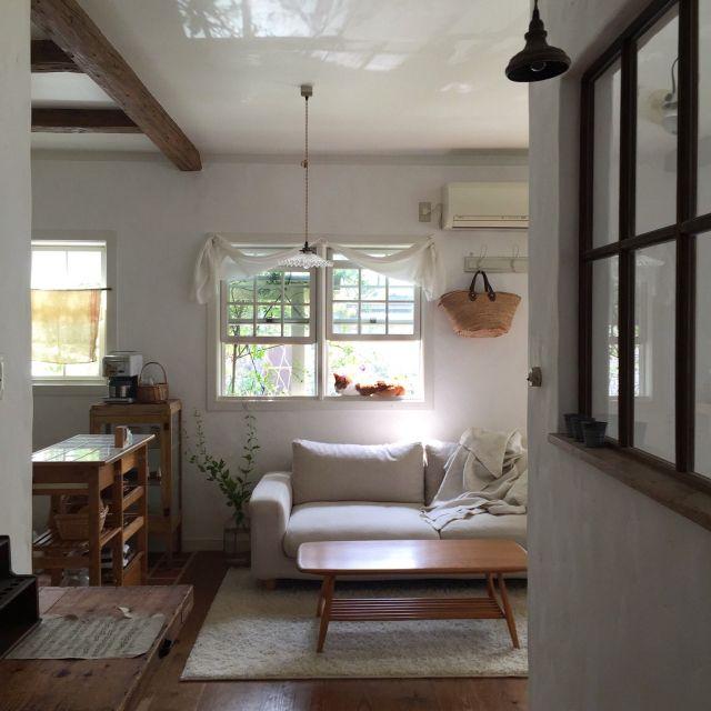 midoriさんの、Lounge,窓,ナチュラル,アンティーク,カーテン,ラグ,白,猫,シンプル,漆喰,ナチュラルフレンチ,グリーンのある暮らしについての部屋写真
