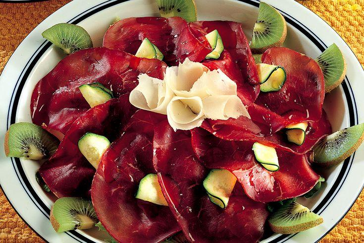 Bresaola con grana, zucchine crude e kiwi