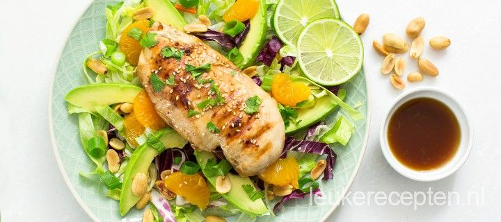 Frisse salade met gegrilde kip, avocado en mandarijnen en een Oosterse tintje