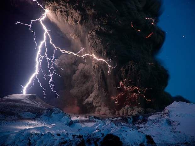 La foudre volcaniqueLe principe : des éclairs strient le panache de cendres et de poussières rejetées par un volcan (à l'image, l'Eyjafjallajökull, en Islande). Très chauds, ces résidus chargés d'ions positifs et négatifs engendrent des champs électromagnétiques contraires qui, en se rencontrant, provoquent des éclairs à l'intérieur même du nuage.Voir l'épingle sur Pinterest / Via photography.nationalgeographic.com