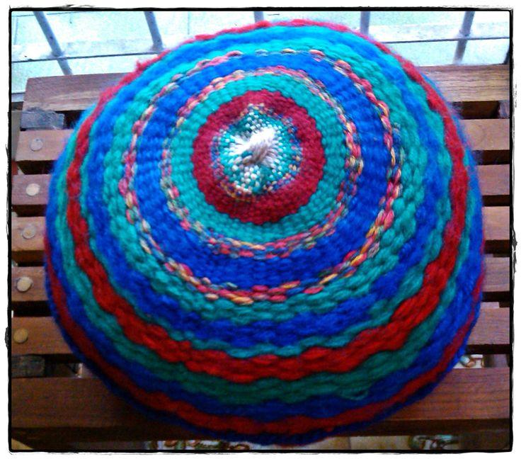 Almohadón frente hecho en telar circular
