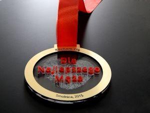 Wyraź swą miłość do męża poprzez wręczenie tego pięknego medalu, który jest wykonany  z pleksi przezroczystej, czerwonej i laminatu grawerskiego.