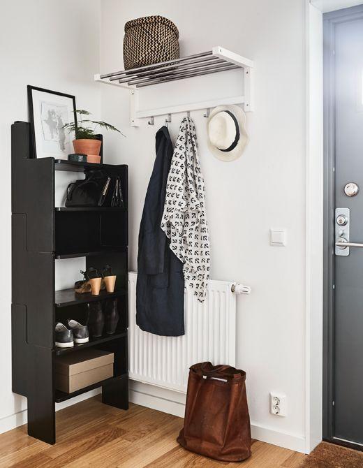 Kleine details zijn als de kerst op de taart bij de verkoop van je huis | IKEA IKEAnl IKEAnederland inspiratie wooninspiratie interieur wooninterieur hal TJUSIG kapstok schoenenkast