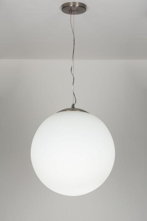 Artikel 64885 Een opaal witte glazen bol, 50cm! Hangt aan een staal draad en transparant snoer en heeft een stalen ronde plafondplaat.https://www.rietveldlicht.nl/artikel/hanglamp-64885-modern-eigentijds_klassiek-landelijk-rustiek-retro-art_deco-glas-wit_opaalglas-rond