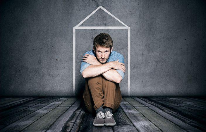 El miedo a salir de casa es uno de los síntomas de los altos niveles de ansiedad, también conocido como agorafobia. La agorafobia se presenta cuando tienes ataques de pánico, y por lo mismo, se genera el miedo a estar fuera de casa. Aquí te presento
