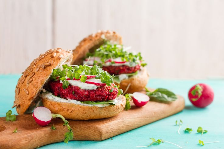 Ook zonder vlees kun erg heerlijke hamburgers maken. Deze rode bietenburger is veganistisch en het recept is ook nog eens erg simpel - vegan recepten