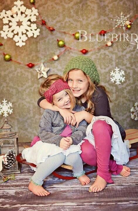 Weihnachtspose mit Schlitten. Lieben Sie die Spaßnatur der Kinder in dieser Haltung: