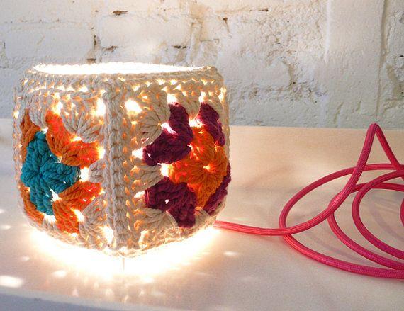 Quer deixar sua casa mais iluminada e bonita? Faça você uma linda luminária com quadradinhos de crochê, reaproveitando as sobras de linhas...