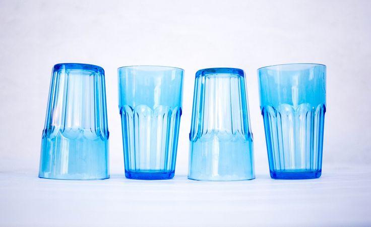 Vasos azules muy divertidos para una comida o un pic-nic informal.