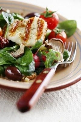 Insalata di tipo Mediterraneo con pomodorini, baby-spinaci, rucola, funghi di ostriche, wallnuts, pomodori secchi e formaggio di capra alla griglia