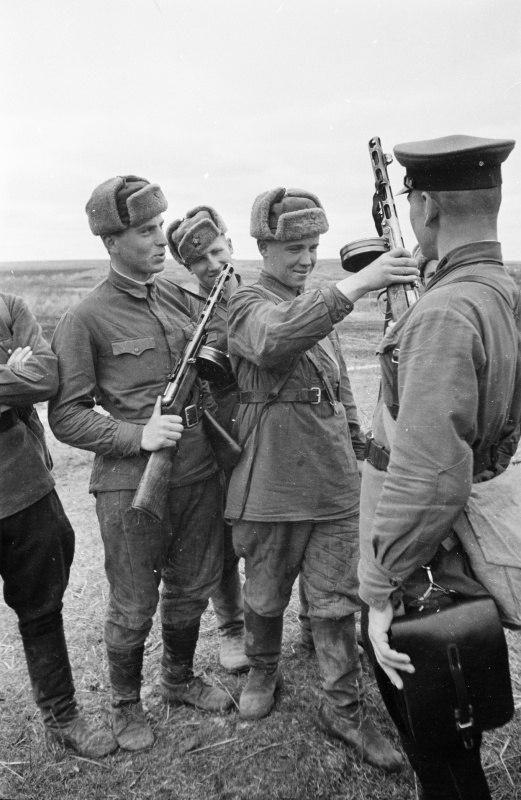 Красноармейцы получают боевое оружие – пистолет-пулеметы ППШ