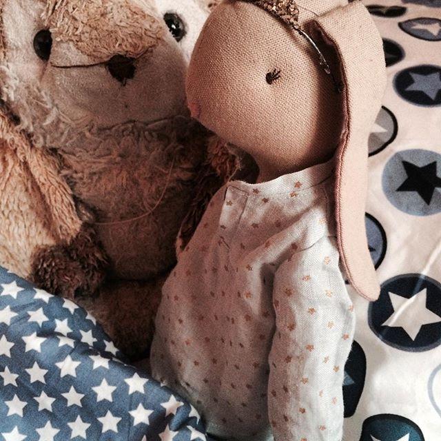 Juliette vilar ut efter julhelgen i sin nya pyjamas tillsammans med nya kompisen Kanin. Skönt nedbäddade i snygga lakan från Smallstuff. #juliette #maileg #smallstuff #lillastork #jullov #barnrum #barnrumsinredning #barnrumsinspo
