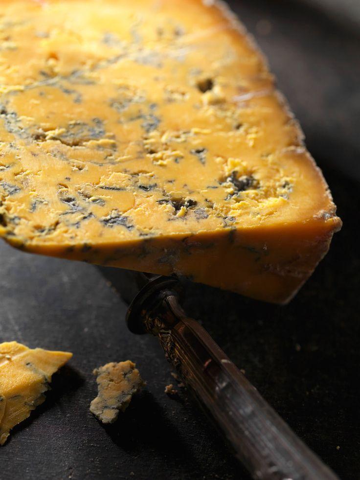 LOS 24 MEJORES QUESOS DEL PLANETA  Shropshire Blue Stilton, Roquefort y Shorpshire. Los tres mejores quesos azules del mundo -así es, porque lo digo yo- Shropshire es una pequeña granja productora de quesos artesanales en la villa de Colston Bassett, el mismo poblacho donde se elabora nuestro amado Stilton. De hecho el proceso de creación es exactamente el mismo, salvo por la utilización de achiote, una especie que le confiere su peculiar tono anaranjado culpable también del color del…