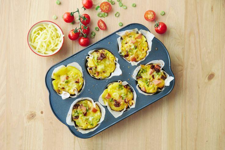 Muffinsomelett med revet Norvegia, pølser, vårløk og soltørket tomat er vanskelig å motstå, så her gjelder det å lage mange nok.