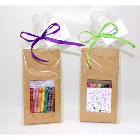 Caja con ceras que contiene 8 plantillas para colorear. Entretenido kit para colorear y que los niños se diviertan en ocasiones especiales como en cumpleaños.