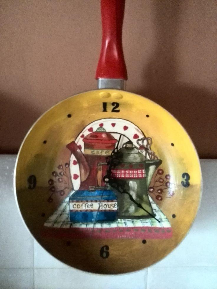 Reloj pintado con acrílicos aprovechando una sarten  que ya no servia.....
