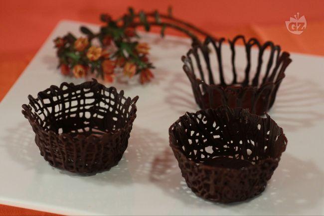I cestini di cioccolato sono degli originali e deliziosi contenitori per gelati, mousse, creme, ecc...da preparare in casa con estrema facilità utilizzando il cioccolato che più preferite.