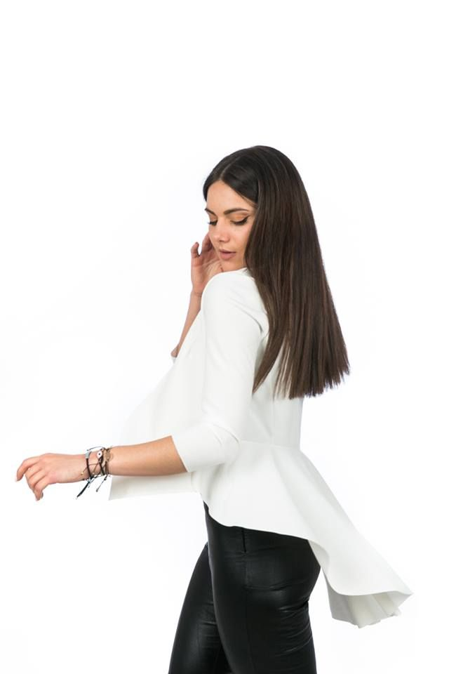 Blazer without lapel with assymetric front and back hem. With long sleeves and back frill. 95% Polyester. 5% Elastane. Made in Italy. https://www.modaboom.com/sakaki-me-volan-leuko.html