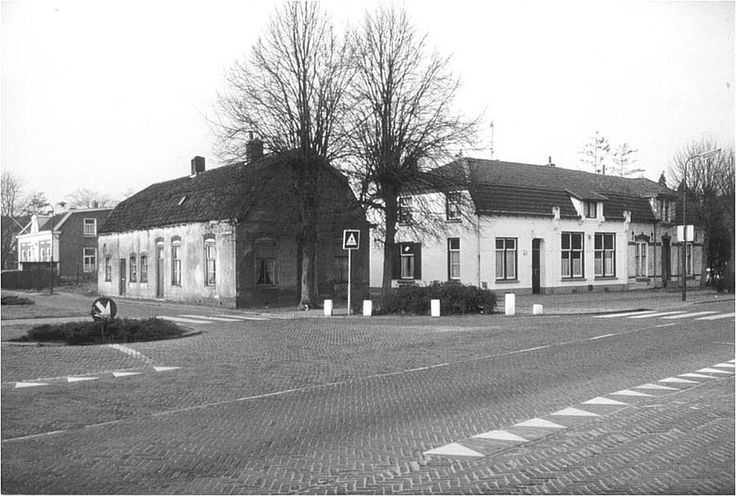 Smederij van Gijs van den Hengel en café    van Tinus van de Pol op de kruising van vier wegen