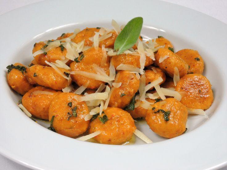 Jemné gnocchi z pečené dýně Hokaidó s čedarem, obalené v šalvějovém másle s restovaným česnekem, sypané strouhaným sýrem.