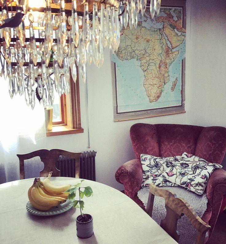 #köksbord #matplats #kristallkrona #karta #sammet #fåtölj