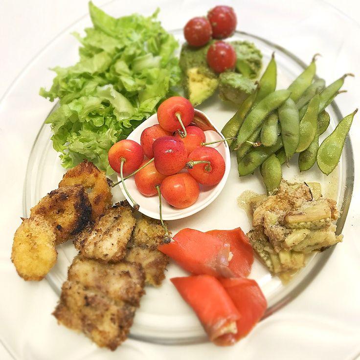 """Dr. Yumi Nishiyama's """"The Original Diet Plate"""" for beauty & health from japanese doctor‼️  Clockwise eating healthy foods from 12 o'clock on a large plate❣️  2017年7月12日の「ドクターにしやま由美式時計回り食べダイエットプレート」:女性医師が栄養バランスを考えた、美味しいプレートのご紹介。  大きめのプレートに、血糖値を急激に上げないように考えた食材を並べ、12時の位置から順番に食べるとても分かり易い方法です。  血糖値を上げないこの食べ方は、身体に優しく栄養補給ができるので健康を維持できます。オリジナルの⭐️西山酵素⭐️も最後に飲みます。  にしやま由美東京銀座クリニック 東京都中央区銀座2-8-17 ハビウル銀座Ⅱ 9階 Tel.03-6228-7950"""