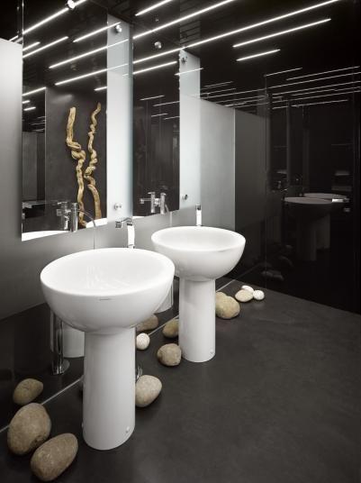 Černá stěrka Microtopping na toaletách kavárny, reference BOCA Praha. / Black screed Microtopping on the cafe toilets.  http://www.bocapraha.cz/cs/reference-detail/84/kavarna-olomouc/