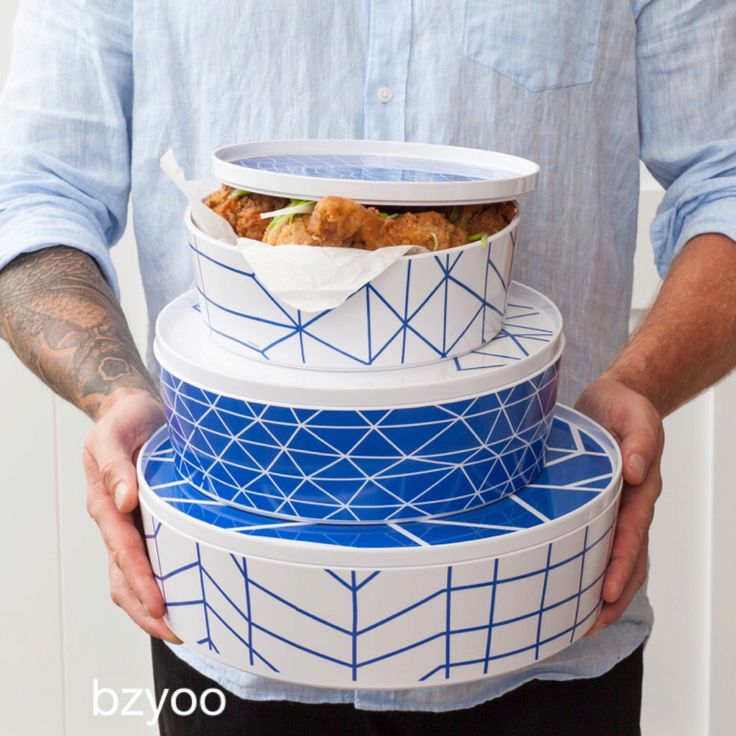 Fried chicken in blue bowls #bzyoo #blue #food #style #design