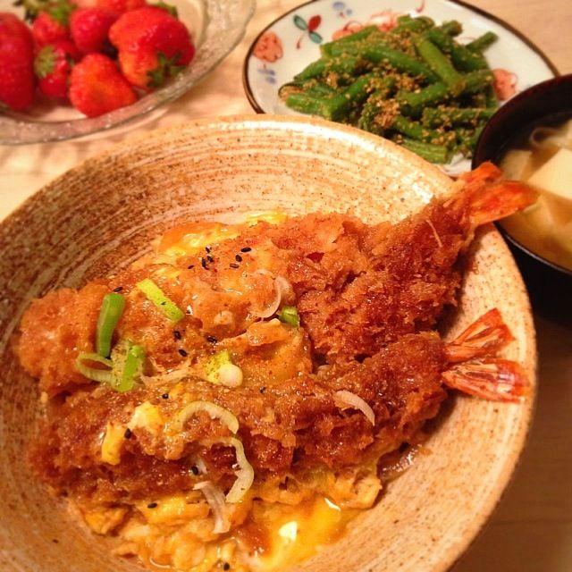 食べきれずに冷凍していたもらい物のお惣菜で、手抜きごはん。 - 69件のもぐもぐ - 海老フライ玉子とじ丼、いんげん胡麻和え、味噌汁、いちご♡ by nikori
