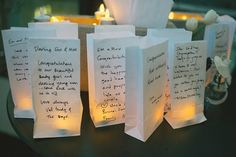 """Witte of bruine """"blokzakken"""" (deze zijn plat aan de onderkant) met een leuke tekst van de daggasten of een mooie spreuk/advies. 's avonds een ELECTRISCH waxinelichtje in een glas, plaats deze dan in de zak en je hebt een orgineel aankleding van de tafel. Deze zijn daarna in een plakboek of een mooie schoenendoos te bewaren. www.lutterzand.nl"""