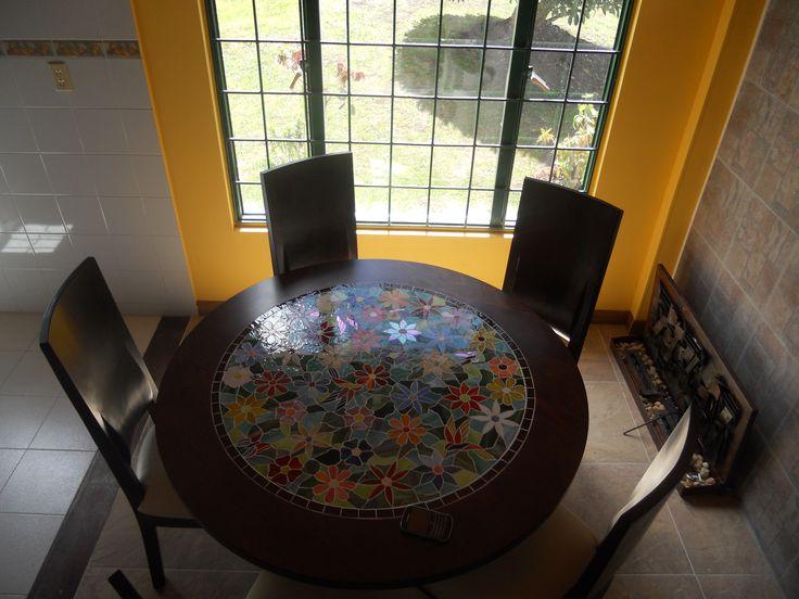 Comedor Clásico de 5 puestos, adornado con obra de arte en vitral athosmuebles.com