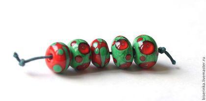 "Лэмпворк ""Зелено-красные точки"" (5 шт) - авторский лэмпворк,lampwork (лэмпворк)"