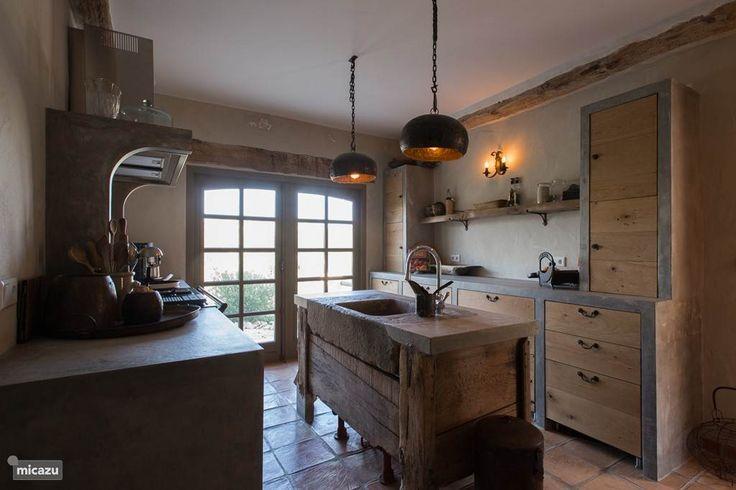 De keuken met een antieke wasbak uit het noorden van spanje. De kist hebben we uit Nederland meegenomen en is van 1870.