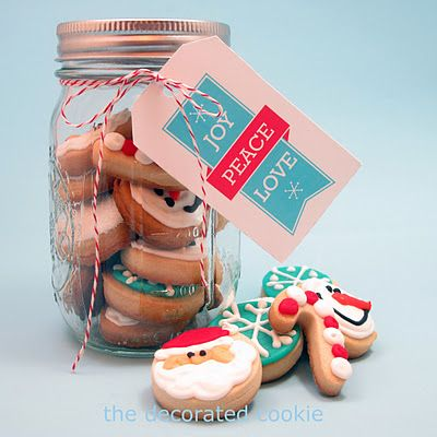 {Gifts from the kitchen} Christmas cookies delivered in a mason jar via @CraftBits & CraftGossip