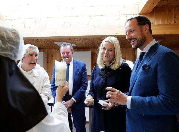 The three-days Nord-Trondelag city tour of Crown Prince Haakon of Norway and Crown Princess Mette-Marit of Norway ended with their visit to Frosta municipality. The Crown Couple visited a soap factory in Frosta and Tautra monastery in Tautra island. Frosta is famous for its scented soap and vegetable farming.
