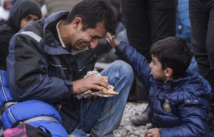 Novembre 2015, un bambino accarezza il padre disperato durante una protesta dei migranti dal Pakistan e Marocco dovuta alla chiusura del confine fra Grecia e Macedonia. Il passaggio era concesso solo ai rifugiati dalla Siria, Iraq e Afghanistan.