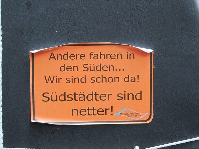 Südstädter sind netter! Ein Aufkleber, den man immer wieder sieht in Hannover Südstadt.