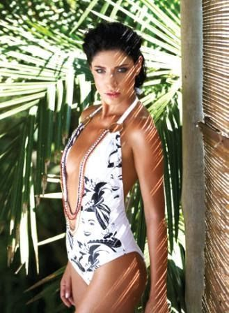 """A grife paranaense de moda praia Lua Morena presta suas homenagens ao centenário de Carmen Miranda com uma coleção para o alto verão. Com licenciamento exclusivo, a marca aposta na brasilidade e na alegria da """"pequena notável"""". Ritmo, cor e sensualidade são as características marcantes que inspiraram a nova linha de maiôs, biquínis e saídas de praia da Lua Morena, que traduziu em forma de estampas, recortes e adereços o carisma de Carmen Miranda."""