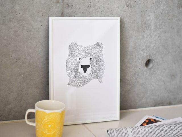 物憂げな表情のクマが印象的なポスター。真ん中にクマのみを描いたシンプルなデザインです。色も白黒で、よりシンプルを際立たせますが、程よい存在感を放ってくれています。