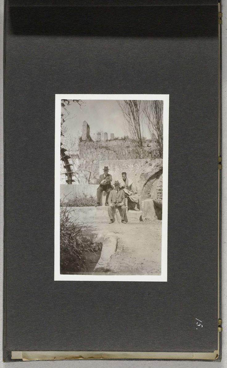 A.G.A. van Eelde | Twee Westerse mannen en een Marokkaanse man in de tuin van de Resident Generaal, Fez, A.G.A. van Eelde, 1925 |