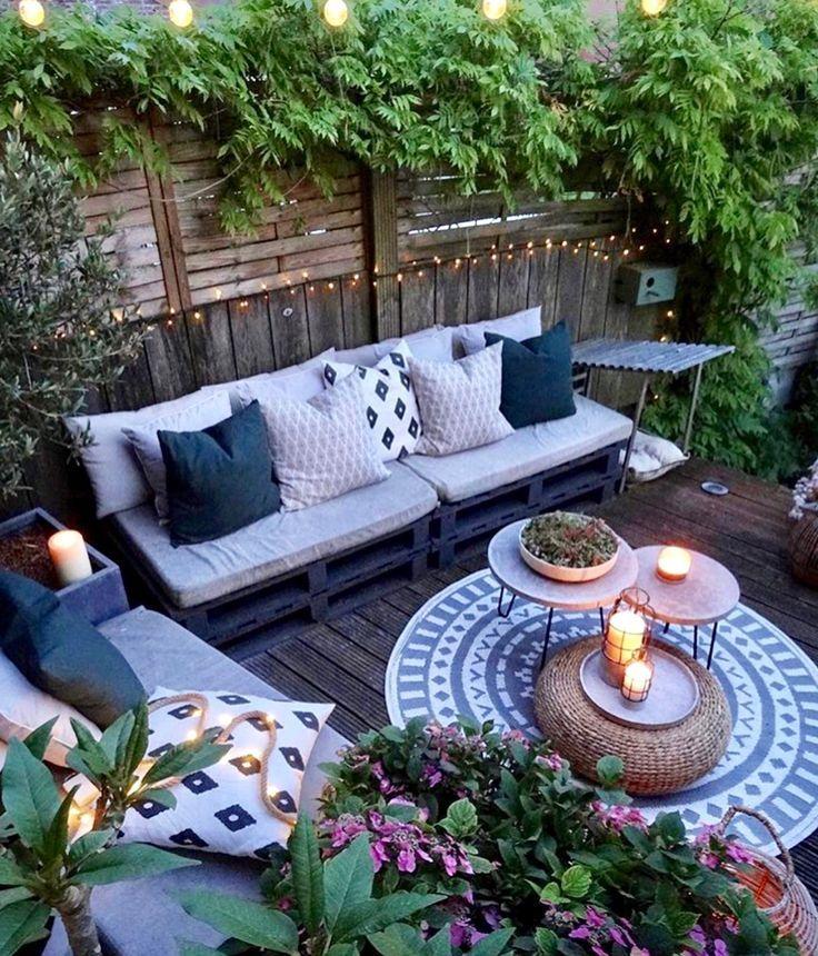 terrasse mit holzpaletten-sofas teppich und beiste…