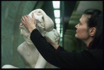 Espace tactile - Denon entresol, galerie d'étude 1 - Découverte tactile d'un moulage de sculptures : RUDE Pêcheur napolitain jouant avec une tortue © 1996 Musée du Louvre / Michel Chassat