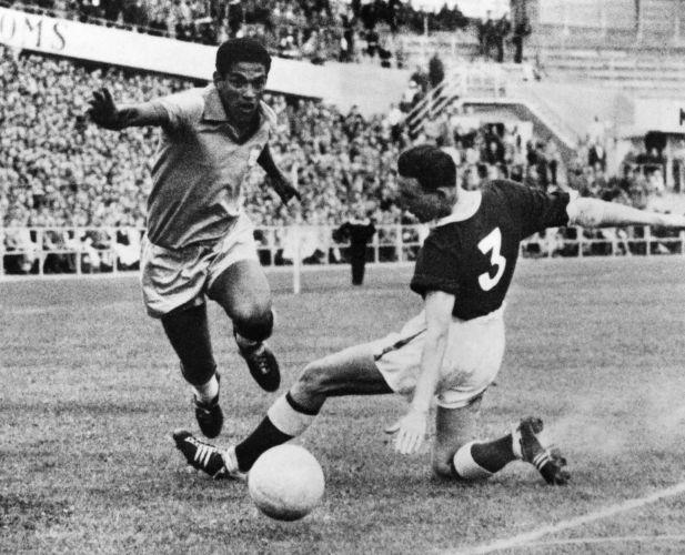 Copa de 1958 - Garrincha dribla um galês na Copa do Mundo da Suécia de 1958; a seleção brasileira venceu o País de Gales por 1 a 0