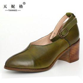 Яркие туфли с острым носом и застежкой