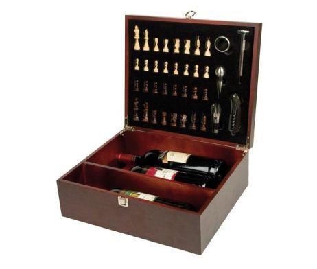 Luxusná vínová súprava so šachom a s rôznymi doplnkami v krásnej drevenej kazete pre tri fľaše vína. Táto vínová súprava obsahuje všetko, čo môžete potrebovať. Sada je vhodná ako darček alebo ako dekorácia pre každého milovníka vína. Sada je v kvalitnom kufríku z hnedej farby. http://www.luxusne-doplnky.eu/