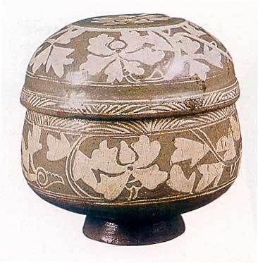 분청 상감 모란당초무늬 합 분청사기에는 상감 기법 가운데 넓게 무늬를 새긴 면상감 기법에서 특징적인 아름다움을 보여 주는 작품이 많이 전하고 있다. 15세기, 전체 높이 7센티미터, 뚜껑 지름 16.5센티미터, 밑지름 7.8센티미터, 간송미술관 소장.