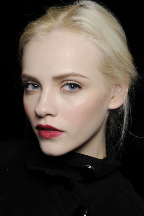ivory skinned girls with red lips, so classic and pretty.